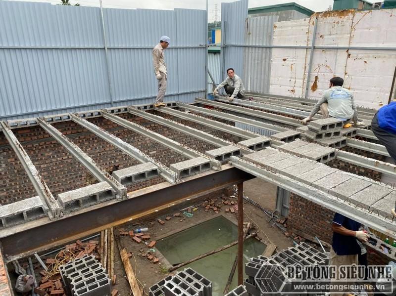 Hình ành sắp hoàn thiện việc lắp các viên gạch block tại công trình sàn bên tông nhà mới xây tại Tây Hồ